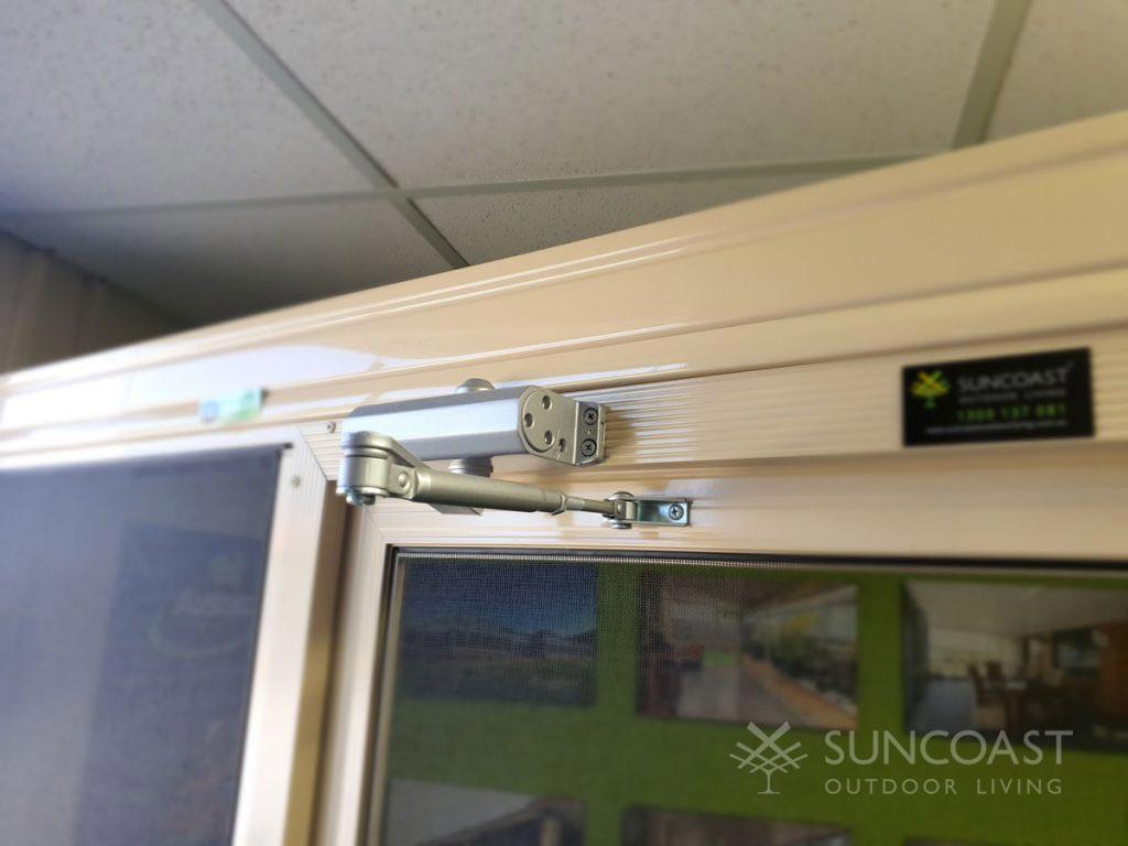 Swing screen door closing mechanism